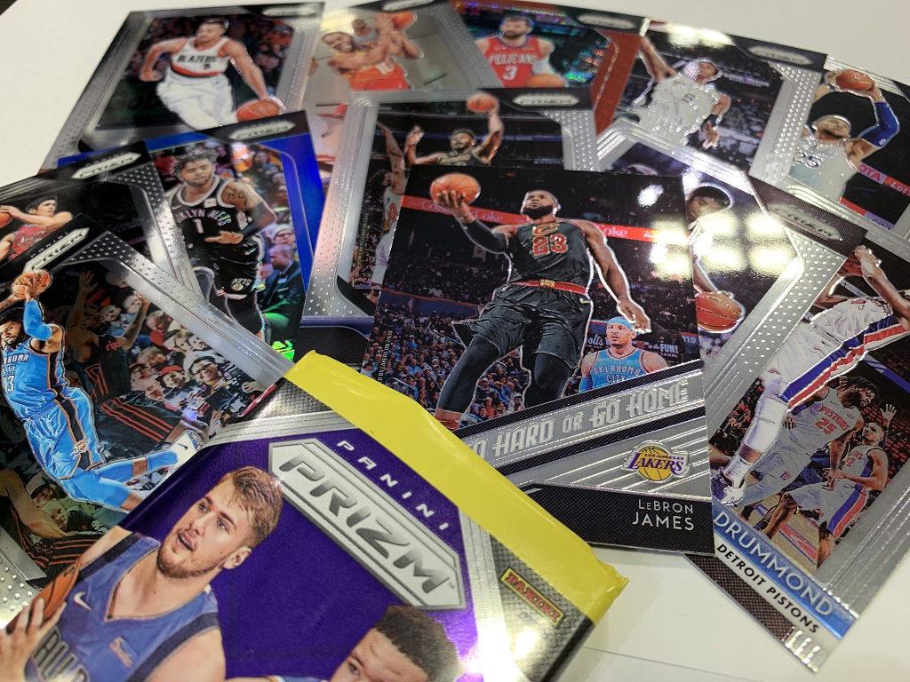 パック開封写真、パックを開封し中のカードが並んで出てきている様子